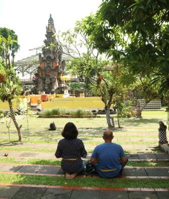 tempat ibadah pura aditya jaya rawamangun - umat hindu beribadah - diantin.com