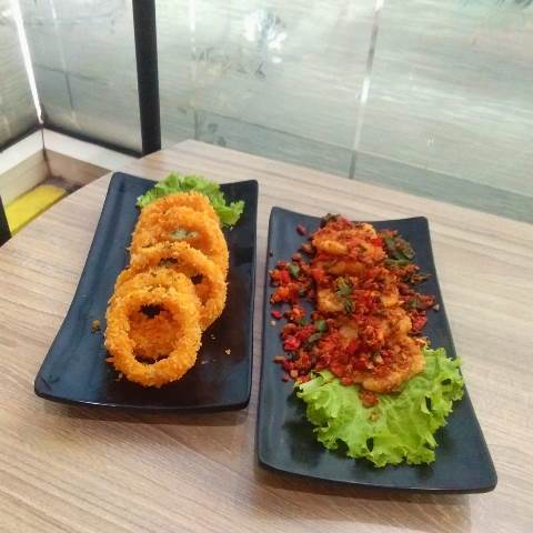 onion ring (kiri) dan cireng garlic spicy (kanan) - foodpdia pemuda - diantin.com
