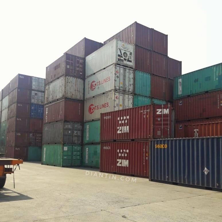 tumpukan-kontainer-di-pelabuhan-perusahaan-freight-forwarding