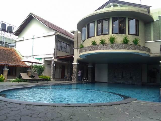 kolam renang di hotel sriti tempat menginap di magelang - diantin.com